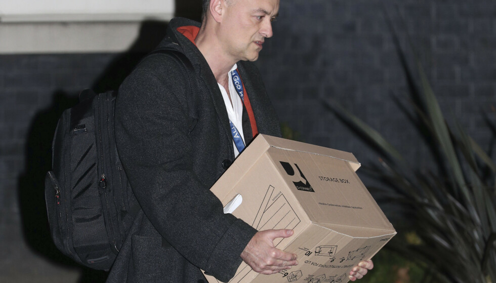 Dominic Cummings forlater Downing Street 10 med en pappeske fredag kveld. Foto: Yui Mok/PA via AP
