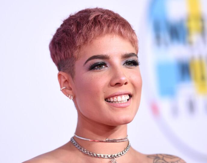 FAN AV ENDRING: Halsey har hatt en rekke ulike hårsveiser opp gjennom åra. Her er hun avbildet med en kortere variant i 2018. Foto: Stewart Cook / REX / NTB