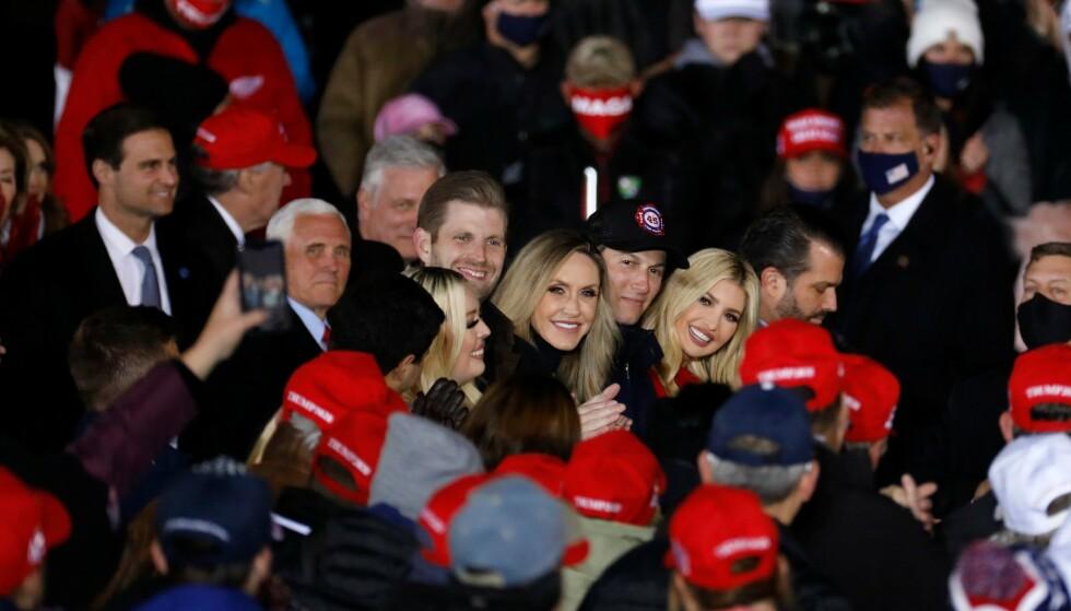 PRESIDENTKAMPANJE: Her er Ivanka Trump og ektemannen Jared Kushner avbildet sammen med flere av presidentens nærmeste støttespillere under et av hans valgkamparrangementer i Michigan 2. november. Det skal ha vært før dette at paret besluttet å bytte skole for barna. Foto: Jeff Kowalsky / AFP / NTB