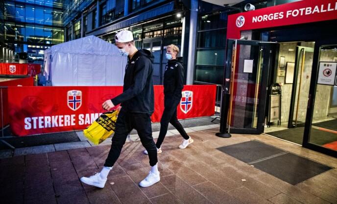 UTÅLMODIGE: Erling Braut Haaland og de andre norske spillerne må smøre seg med tålmodighet. Her fra Ullevaal tidligere i uka. Foto: Bjørn Langsem