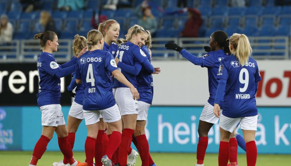 Vålerenga-spillerne må vente på å spille avgjørende kamp om gullet i Toppserien. Foto: Terje Bendiksby / NTB
