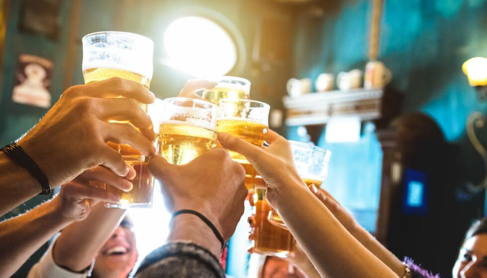 FEST: Smittevernleger slår alarm om at friske, hovedsaklig unge mennesker belaster testkapasiteten for å dra på fest. ILLUSTRASJONSFOTO: Shutterstock / NTB