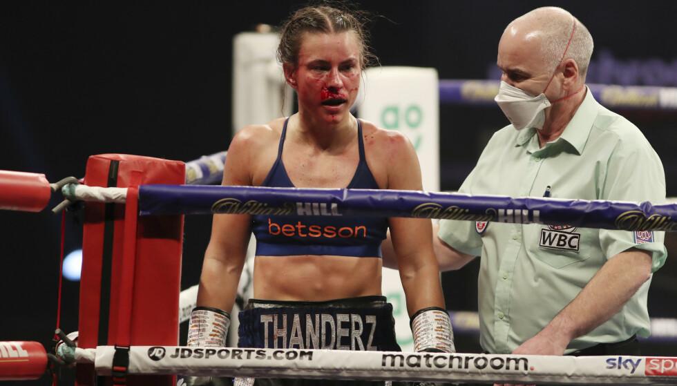 GIKK PÅ TAP: Katharina Engen Thanderz tapte for britiske Terri Harper I VM-kampen i super fjærvekt kvinner lørdag kveld norsk tid. Foto: Mark Robinson / Matchroom Boxing / NTB
