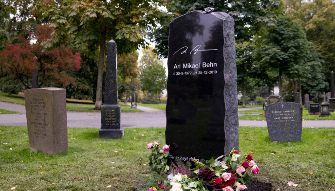 SISTE HVILESTED: 10 måneder etter at han døde, fikk Ari Behn endelig en gravstein på Vår Frelsers Gravlund i Oslo. Urnenedleggelsen var på Aris 48-årsdag. Foto: Fredrik Hagen / NTB