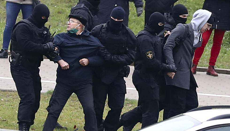 Opprørspoliti anholder demonstranter i Minsk Foto: AP Photo / NTB