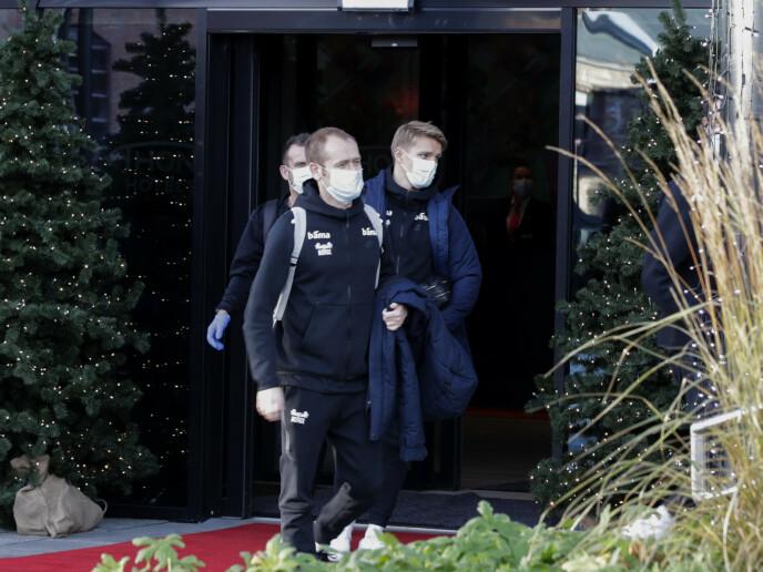 TRØBBEL: Martin Ødegaard på vei ut av hotellet i Oslo lørdag. Seinere måtte han og lagkameratene dra tilbake fra Gardermoen. Foran - landslagslagets mediesjef, Svein Graff. Foto: Vidar Ruud / NTB