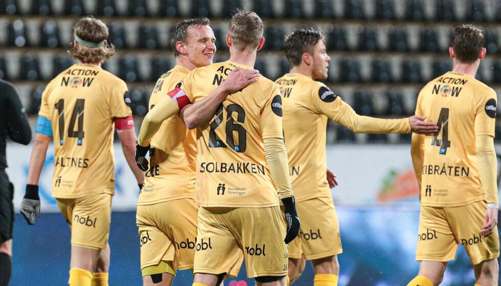 USIKKER: Bodø/Glimts Ola Solbakken gratuleres av Marius Lode. Sistnevnte er usikker til neste Eliteserie-runde. Foto: Mats Torbergsen / NTB