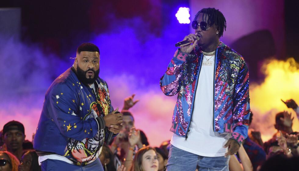 CORONASMITTET: Den amerikanske rapperen Jeremih (til høyre) ligger for tida innlagt på intensivavdelingen i Chicago. Her er han avbildet på scenen sammen med DJ Khaled i fjor. Foto: Chris Pizzello / INVISION / TT / NTB