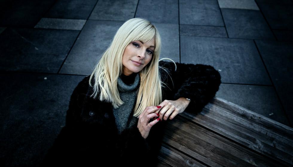 STRIKE A POSE: Kathrine Sørlands dager som toppmodell ligger fortsatt latent i henne, og hun bryter gjerne ut i flere uanstrengte positurer for Dagbladets fotograf. Bildene står i kontrast til hva hun pratet om under intervjuet, der død, sorg og smerte sto i fokus. Foto: Nina Hansen / Dagbladet