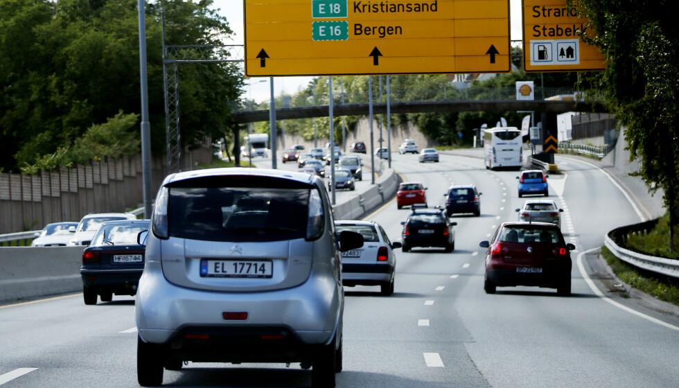 MOMS: Høyre og Ap vil gradvis innfase moms for elbil. Samtidig vil de øke avgiftene på bensin- og dieselbiler. Slik opprettholdes en relativ prisforskjell på de to. Avgiftene på alle biler, både el-, bensin- og dieselbiler vil derfor sannsynligvis stige i årene som kommer, skriver innsenderen. Foto: Lise Åserud / NTB
