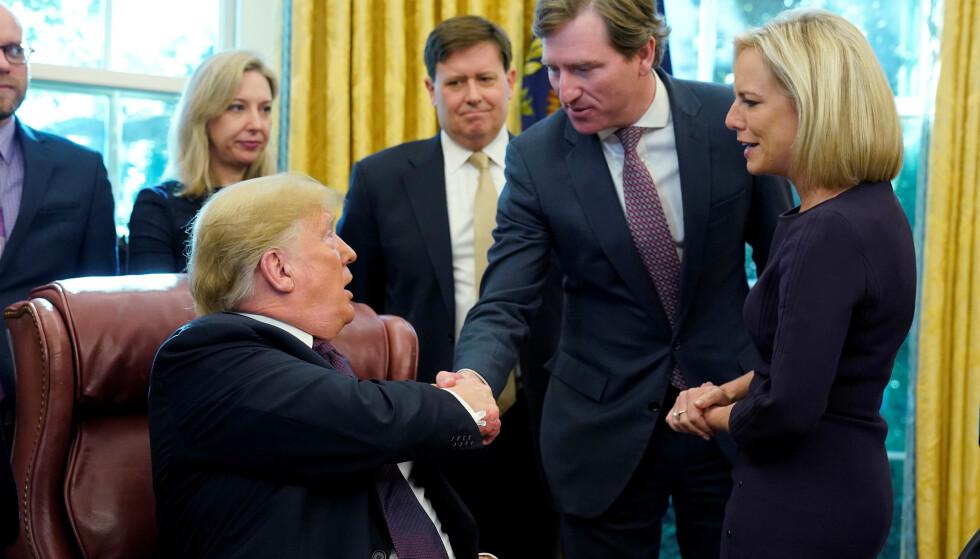 SPARKET: Chris Krebs håndhilser med president Donald Trump i Det ovale kontoret i november 2018. Nå har presidenten sparket sikkerhetstoppen. Foto: REUTERS/Jonathan Ernst
