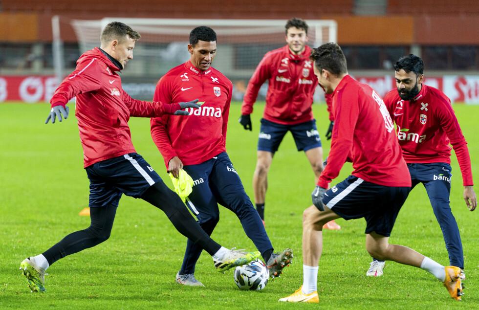 I FLOMLYS: Norge fikk sin første og eneste trening på Ernst Happel Stadion i går kveld. Foto: NTB