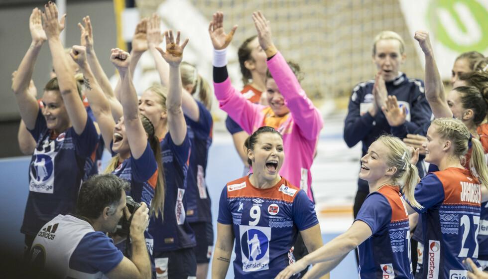 KAN SNART JUBLE: Nora Mørk, Stine Bredal Oftedal og de andre norske håndballjentene kan snart juble for at håndball-EM er reddet ifølge dasnke medier. Foto: Vidar Ruud / NTB