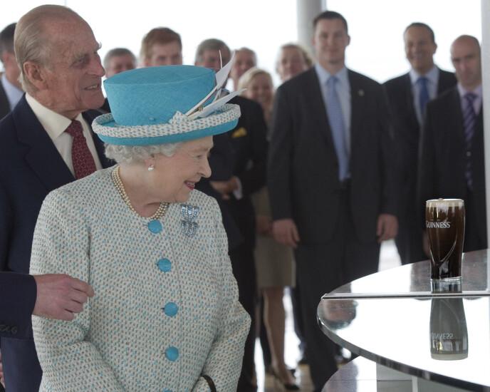 LANDEMERKE: Guinness er et merkenavn flere kjenner igjen verden over - om man så tenker på øl eller verdensrekorder. Her besøker dronning Elizabeth og prins Philip bryggeriet i Dublin i 2011. Foto: REUTERS/Arthur Edwards, NTB