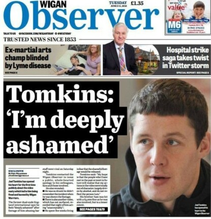 ANNEN STYGG SAK: Oppslaget fra Wigan Observer i 2018 etter at Tomkins beklaget etter å ha antastet og æreskjelt en kvinnelig barsansatt. Faksimile: Wigan Observer