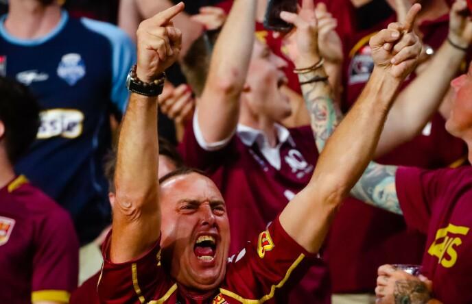 STORT ENGASJEMENT: En av 52 000 på tribunen under rugbykampen i Australia. Foto: NTB