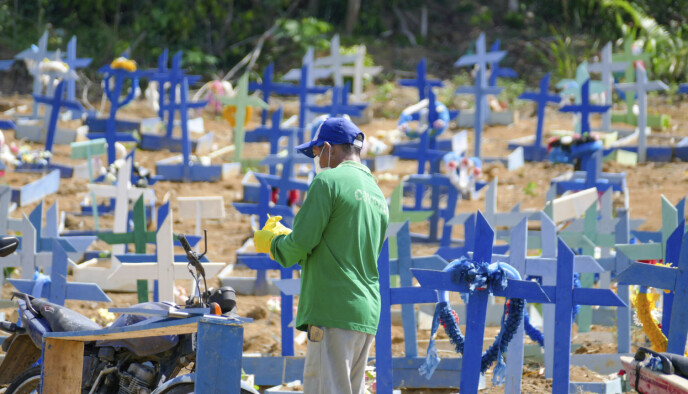GRAVPLASS: Brasil har registrert nesten 167 000 coronadødsfall. Her fra gravplassen Nossa Senhora Aparecida onsdag morgen. Fortsatt er flere av landets intensivplasser fylt opp av covid-19-pasienter. Foto: Sandro Pereira /Sipa via AP / NTB