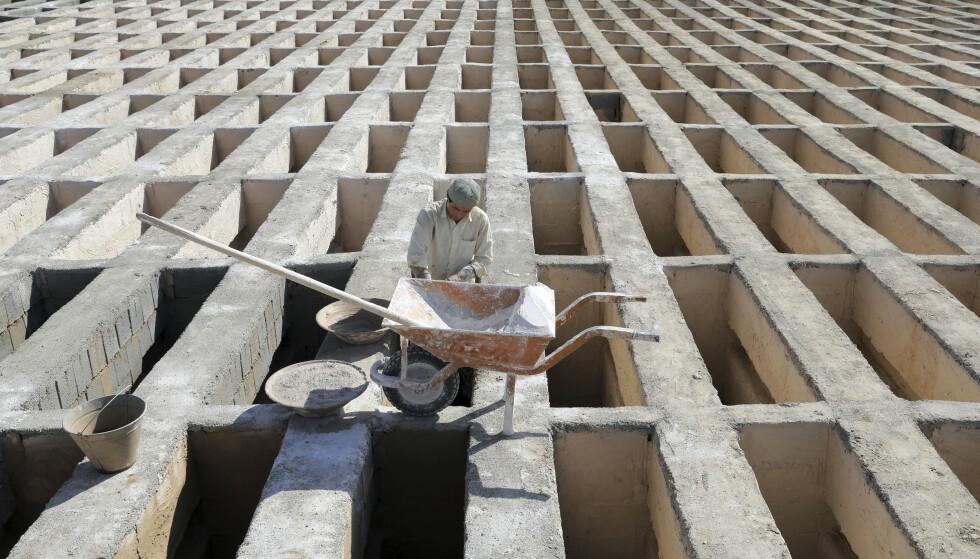 GRAVPLASS: En arbeider forbereder nye gravplasser på Behesht-e-Zahra i utkanten av Irans hovedstad Teheran 1. november. Gravplassen går for å være en av verdens største, med over 1,6 millioner gravlagte på omkring fem kvadratkilometer. Foto: Ebrahim Noroozi / AP / NTB
