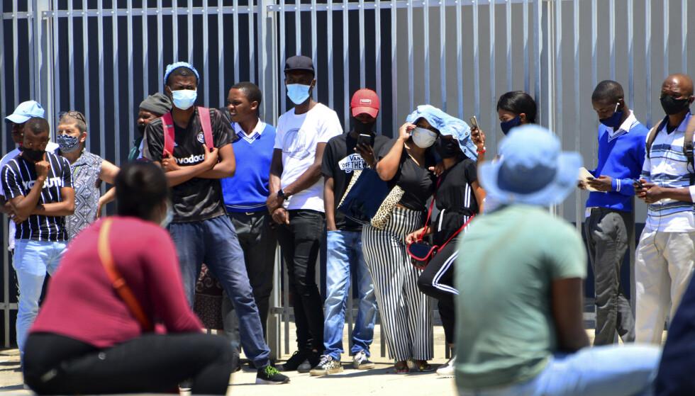 SØR AFRIKA: Det afrikanske kontinentet har passert 2 millioner smittetilfeller. Til tross for økende smitte i flere land, har enkelte av disse begynt å lette på restriksjonene for å unngå at økonomien kollapser. Her fra byen Port Elizabeth i Sør Afrika fredag 13.11. Foto: Theo Jeptha / AP / NTB