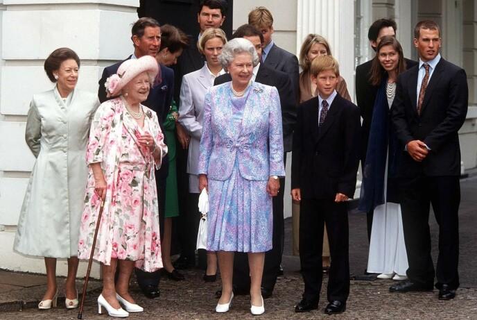 INGEN KOMMENTAR: Den britiske kongefamilien har aldri uttalt seg om de to søstrene. Her er de samlet i anledning dronningmoras 97-årsdag i 1997. Foto: Rex / Shutterstock / NTB