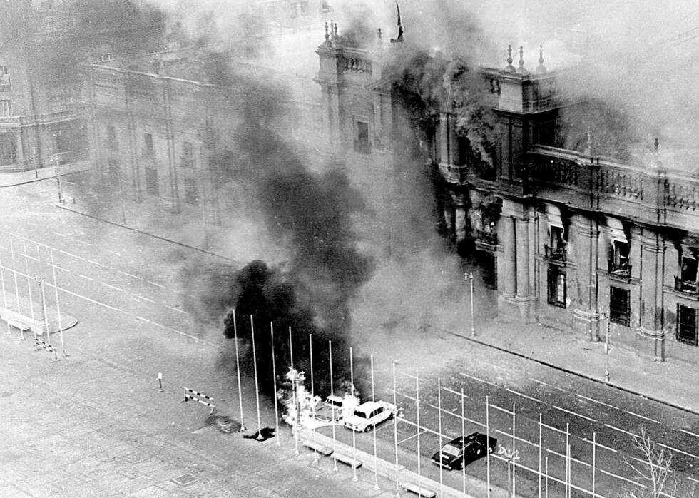 11. SEPTEMBER 1973: Flyvåpenet bomber president-palasset La Moneda i Santiago. General Augusto Pinochet styrter president Salvador Allende. Foto: El Mercurio / AP / NTB