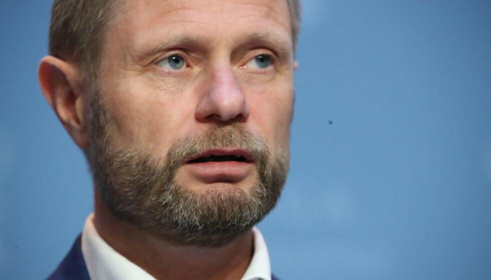 ALVORLIG: Helseminister Bent Høie (H) håper å se en smittenedgang neste uke. Foto: Bjørn Langsem / Dagbladet