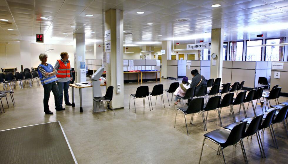 VENTER PÅ VAKSINE: På Tøyen-senteret kunne folk bli vaksinert mot svineinfluensa høsten 2009. Foto: Heiko Junge /NTB