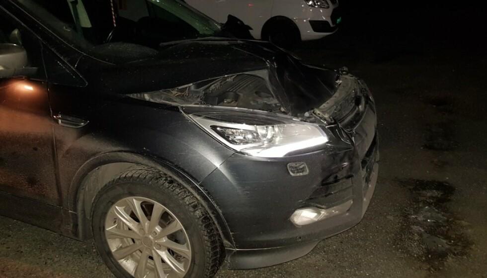 BILEN: Slik så bilen til Jan Kristian Simensen etter det kraftige sammenstøten med elgen. Foto: Jan Kristian Simensen.