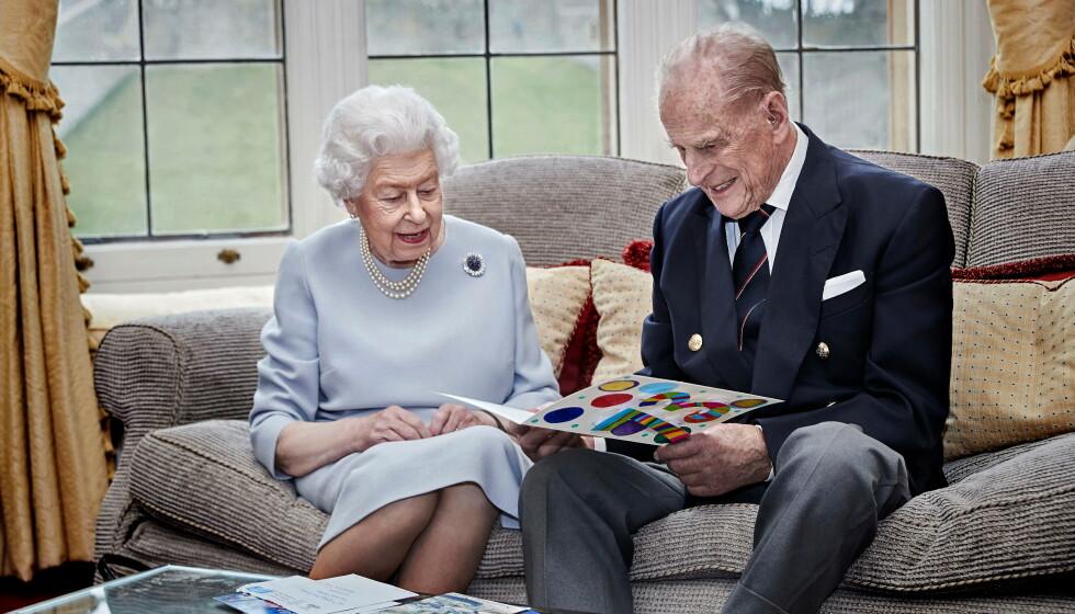 GODT GIFT: Et nytt bilde av dronning Elizabeth og prins Philip skaper overskrifter i medier verden over. Foto: Chris Jackson / Reuters / NTB