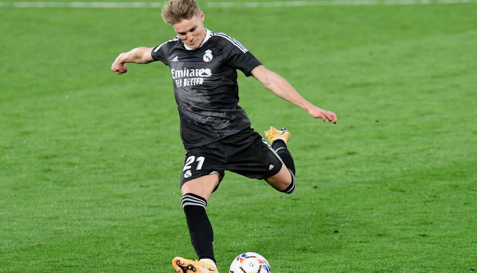TILBAKE: Martin Ødegaard i aksjon for Real Madrid mot Villarreal. Foto: JOSE JORDAN / AFP / NTB)