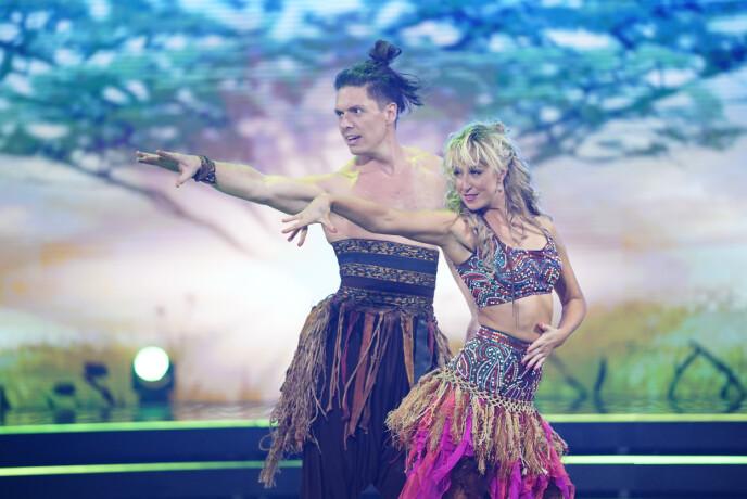 FØRSTE PAR UT: Andreas og Mai fikk gleden av å åpne finalen. : Espen Solli / TV 2