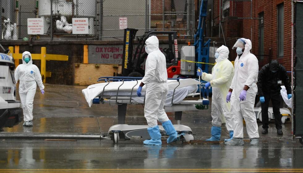 CORONAVIRUS: Smittespredningen i USA fortsetter å nå nye høyder. Det bekymrer en av landets fremste coronaeksperter. Her helsepersonell utenfor et sykehus i New York. Foto: AFP/NTB.