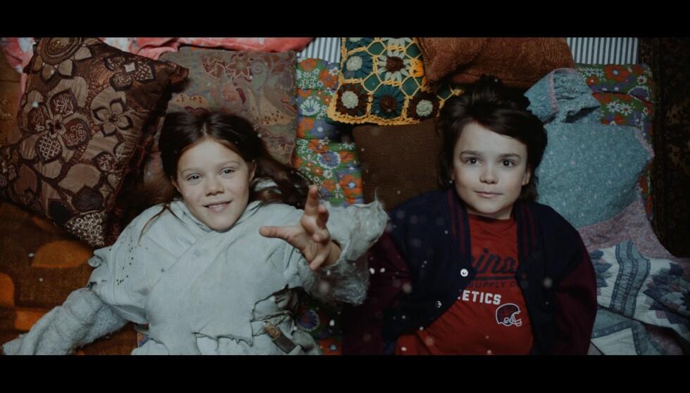 DEBUTANTER: Edvard Ross og Camilla San Miguel Bjørneng får deres skuespillerdebut i rollene som henholdvis Jo og Elly i «Stjernestøv». Foto: NRK