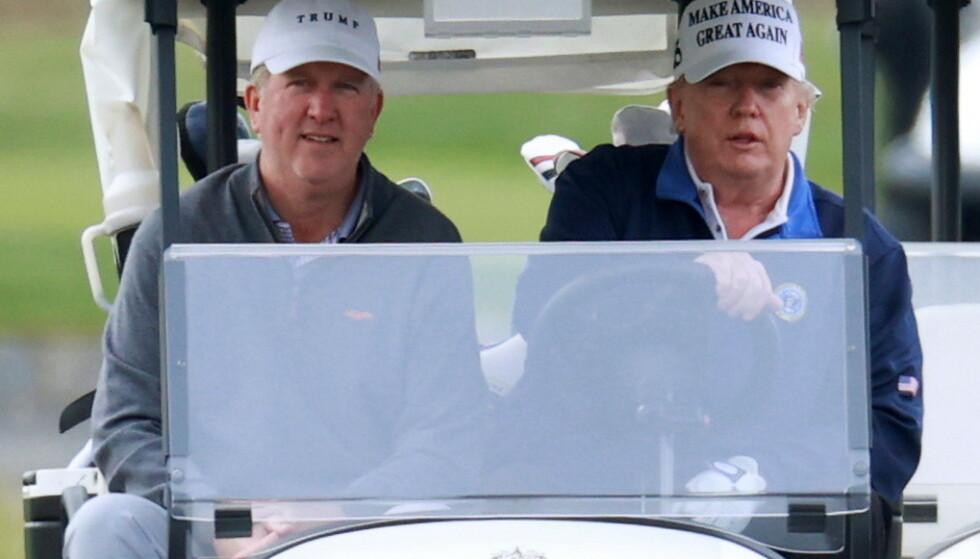 TILBAKE TIL VIRKELIGHETEN: Donald Trump, bak rattet, for anledningen med nesten-tvilling, på golf-banen sist helg. Foto: REUTERS / NTB