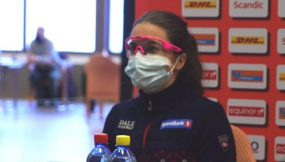 SMITTEVERN: Heidi Weng hadde på seg munnbind, briller og hansker. Foto: Kristoffer Løkås