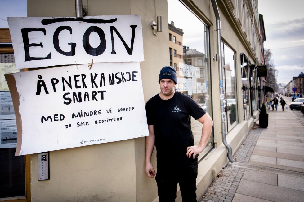 PLAKATSTUNT: Restaurant-eier Torstein Eek heier på folka bak kampanjen Behold Oslo, som i natt hang opp plakater på Grünerløkka i Oslo. Foto: Lars Eivind Bones / Dagbladet