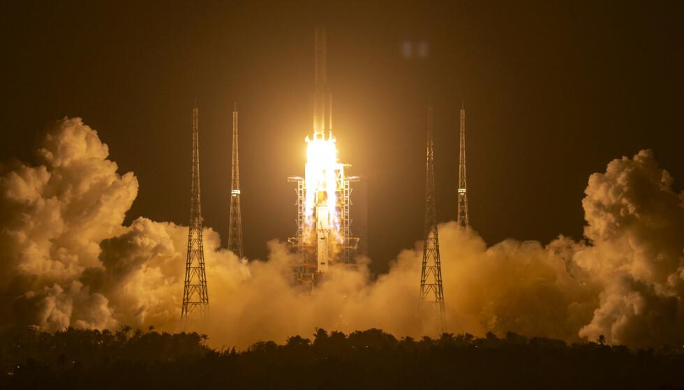 En kinesisk Long March-5-rakett ble brukt til å frakte Chang'e 5 romkapselen ut i verdensrommet natt til tirsdag Foto: Mark Schiefelbein/ AP/ NTB
