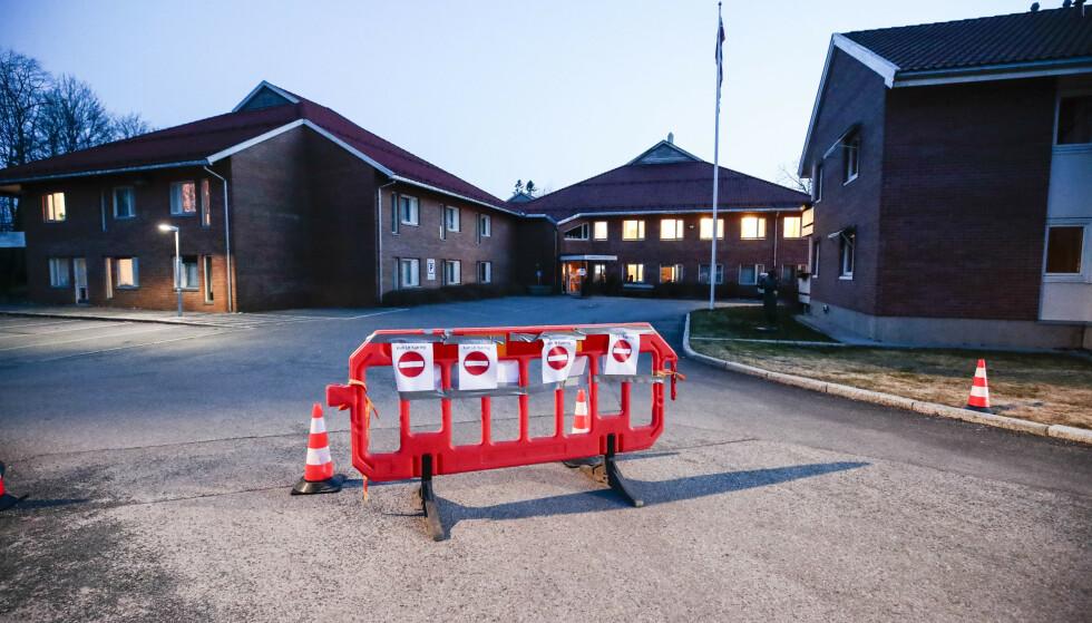 ISOLERT: Stabekk bo- og behandlingssentre bærer preg av stengte dører for besøkende på grunn av koronaviruset. Foto: Lise Åserud / NTB