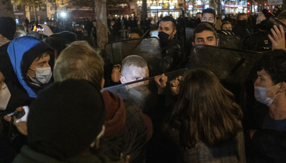 HARDHENDT: Det gikk hardt for seg da fransk politi natt til tirsdag fjernet en migrantleir satt opp på Place de la Republique i sentrum av Paris. Foto: Alexandra Henry/Utopia56 via AP/NTB Scanpix