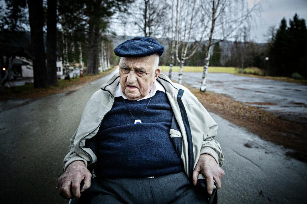 NY BOK: Joralf Gjerstad (94) ville skrive boka «Evig Håp» som en avslutning, forteller han. I dag bor han på sykehjem, men hukommelsen er like god. Foto: Nina Hansen / Dagbladet