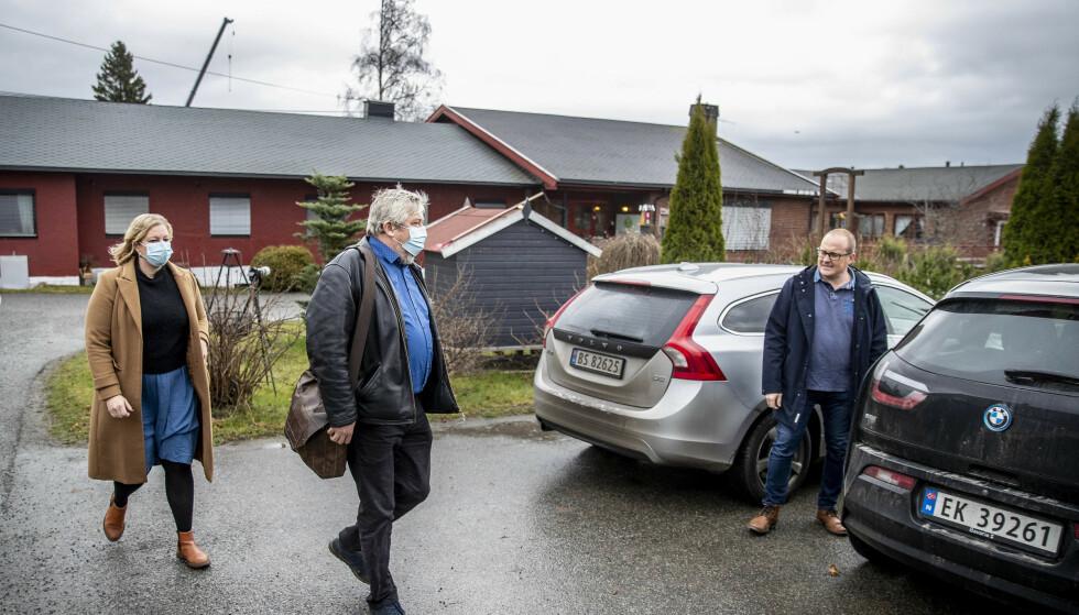 INSPEKSJON: Kommuneoverlege Carl Magnus Jensen (t.h) sammen med to representanter fra Folkehelseinstituttet etter besøket ved eldreinstitusjonen Villa Skaar Valstad. Foto: Bjørn Langsem / Dagbladet