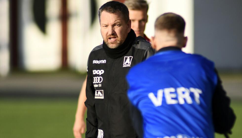 I TRØBBEL: Åsane, her representert ved trener Morten Røssland, har mange smittetilfeller. Foto: Rune Stoltz Bertinussen / NTB