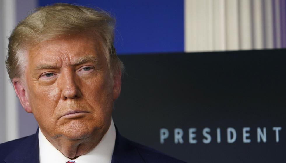 NYE VENNER: Trump har vist sympati til medieplattformer til ytre høyre etter at stadig flere FOX News-profiler har tatt avstand fra ham. Foto: AP/NTB