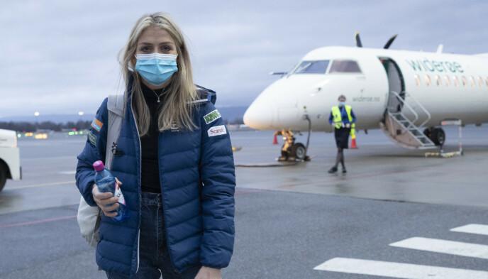 TIL KUUSAMO: Therese Johaug og de andre langrennsløperne dro med charterfly fra Gardermoen onsdag. Foto: Terje Bendiksby / NTB
