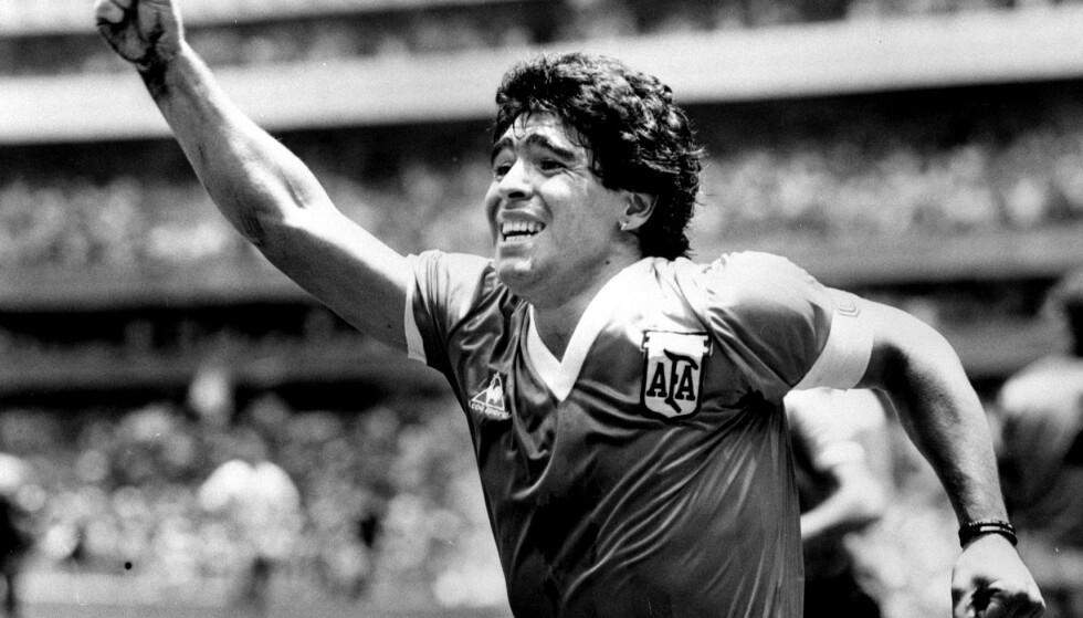 DØD: Diego Maradona er død. Her avbildet rett etter at han scoret et avgjørende mål i en kamp i 1986. Foto: Reuters/Ted Blackbrow