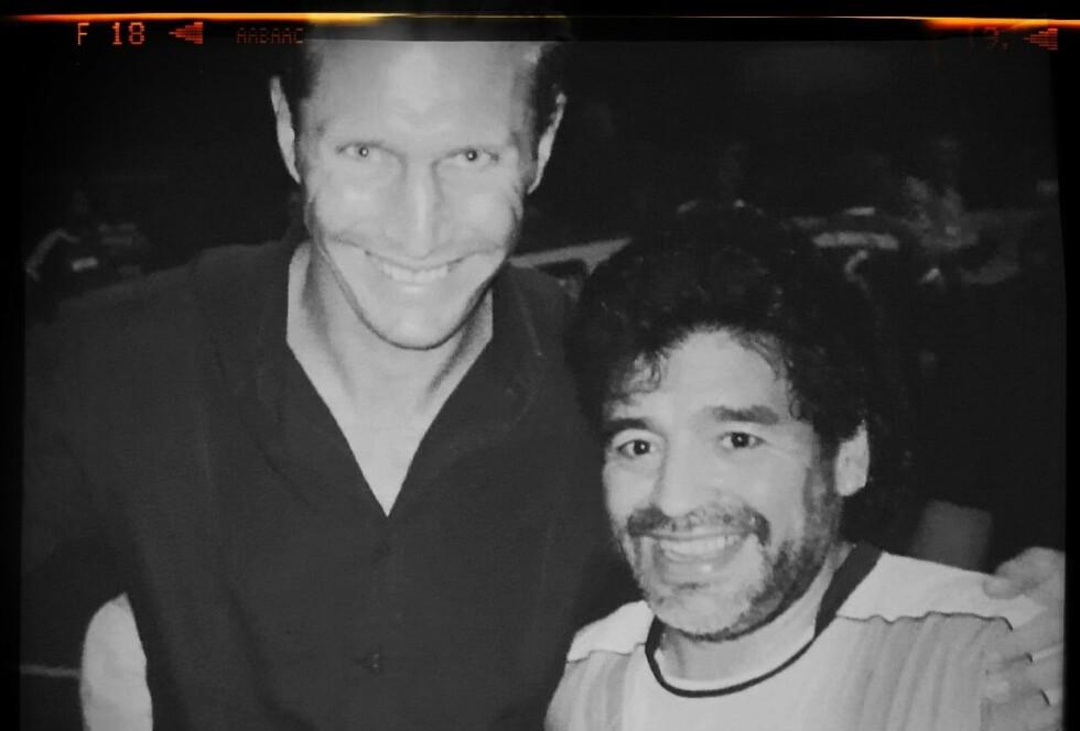 ET STJERNEMØTE: Dette bildet er av den tidligere fotballspilleren Anders Jacobsen og Diego Maradona. Foto: Tom Stalsberg