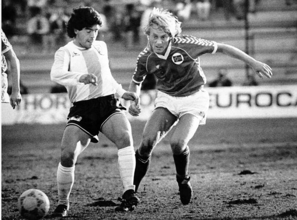 HER SKJER DET: Kjetil Osvold slår den frekke tunnelen på superstjerna Maradona. Han scoret også kampens eneste mål for 31 år siden. Foto: Dagbladet