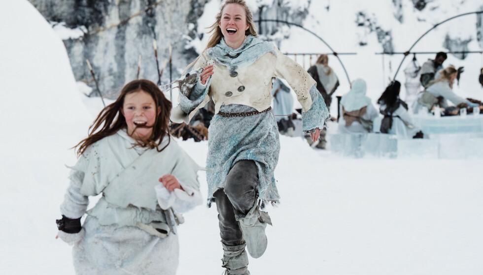 STJERNEFOLK: Camilla San Miguel Bjørneng som Elly og Ingrid Bolsø Berdal som mora Silja. Foto: NRK