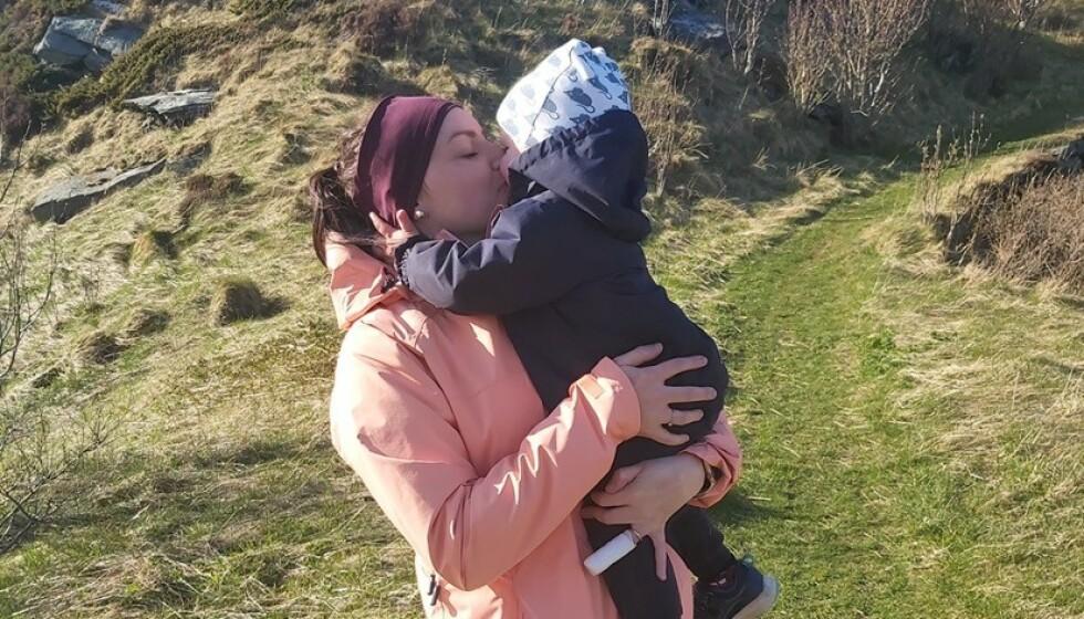 SMITTET: Tone Refvik (26) med sin to år gamle sønn. Sønnen skal ha blitt smittet i et utbrudd i barnehagen. Tone har nå også fått påvist smitte. Foto: Privat