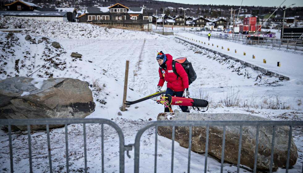 VENTER I SPENNING: Johannes Høsflot Klæbo og resten av det norske laget er nå i karantene i Finland. Hva som skjer, avhenger av Eirik Myhr Nossums nye prøve. Foto: Bjørn Langsem